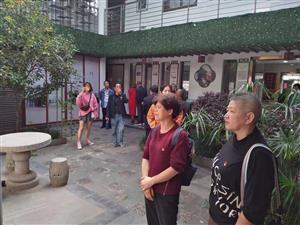 杨扇村组织工作人员和党员志愿者参观先进社区卫生工作经验