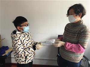 传递爱心——桥北社区居民捐献口罩